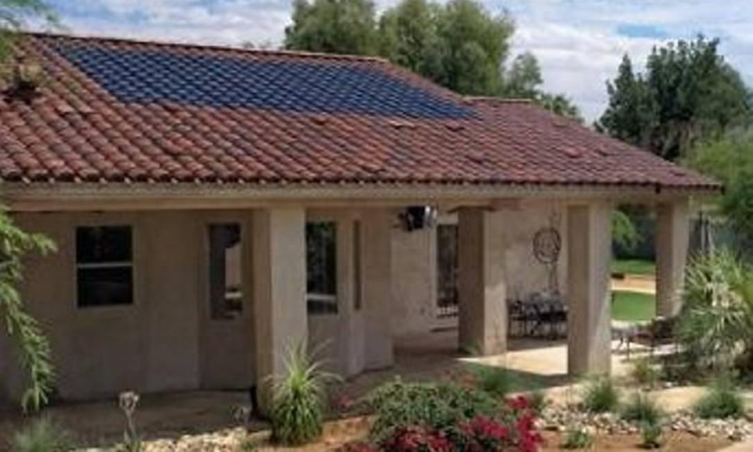 Placa solar da SRS Energy, que tem o formato de uma telha de barroFoto: Divulgação