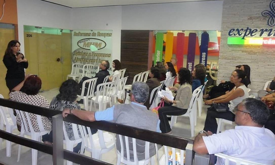 A fonoaudióloga Karina Braga ministra aula de oratória, onde são ensinadas técnicas para falar em público com segurança e desembaraçoFoto: Divulgação