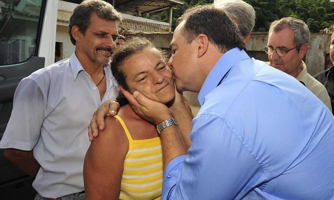 Governador Sérgio Cabral visita o município de São José do Vale do Rio Preto e encontra a Dona Ilair, protagosnista de uma das cenas de resgate mais emocionantes dos últimos dias. Foto: Marino Azevedo - Divulgação