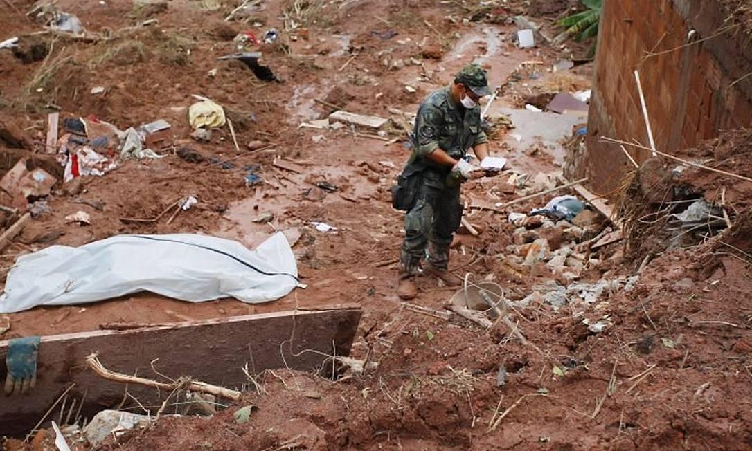 Corpo retirado de escombros em Nova Friburgo. Foto de arquivo de Marco Antonio Teixeira