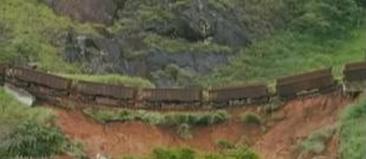 Sete vagões ficaram suspensos após descarrilhamento causado por deslizamento de terra em MG - Reprodução TV Globo
