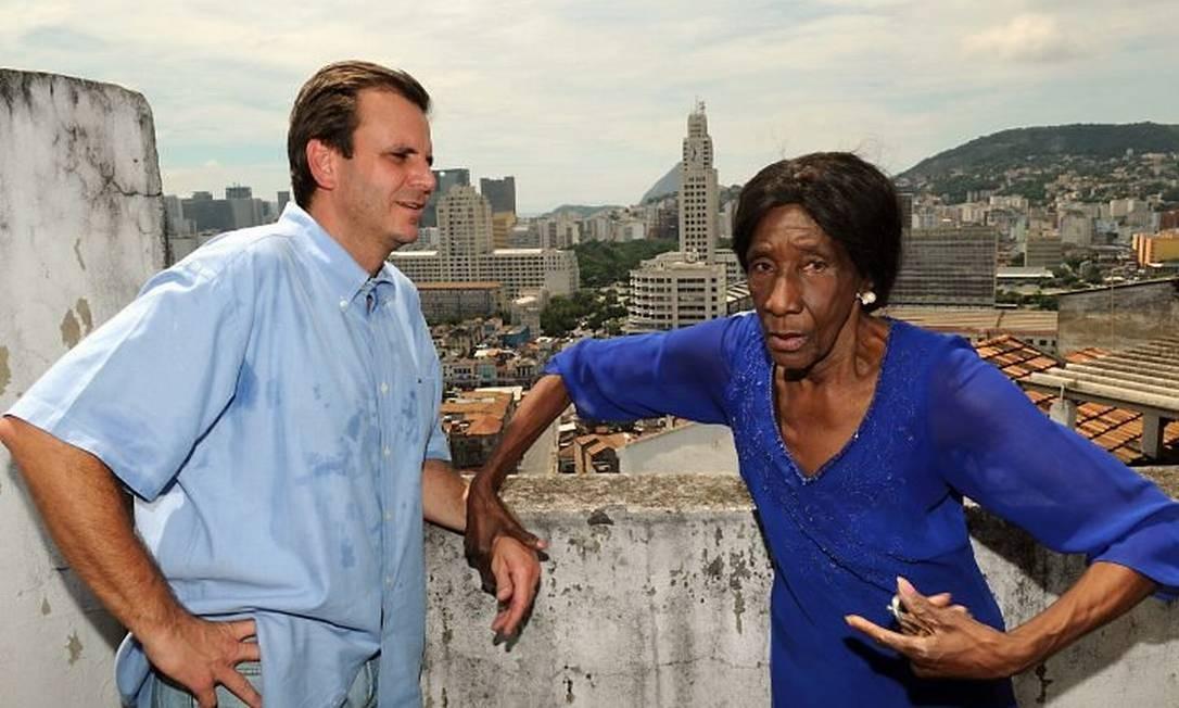 O prefeito Eduardo Paes ao lado da moradora Dodô da Portela durante visita ao Morro da Providência - Divulgação