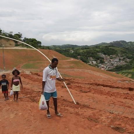 Como vivem as pessoas depois da tragédia no Morro do Bumba, em Niterói. Luiz Antonio Oliveira da Silva com filhos e sobrinhos (Foto: Paulo Nicolella Agência O Globo)