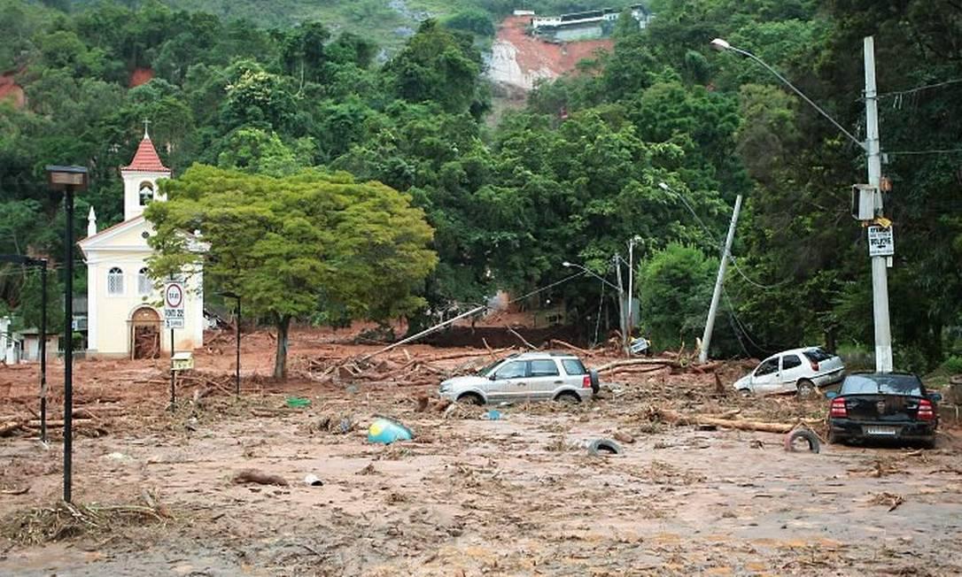 Carro preso na lama em Nova Friburgo. Foto de Pedro Kirilos