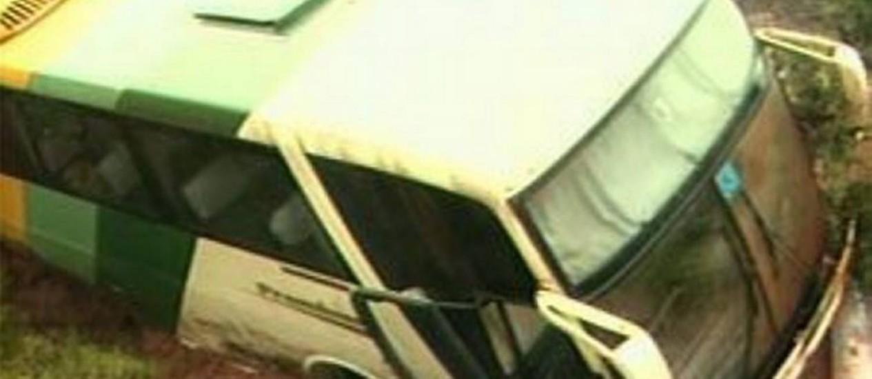 ônibus foi arrastado por deslizamento d eterra - Reprodução TV TEM
