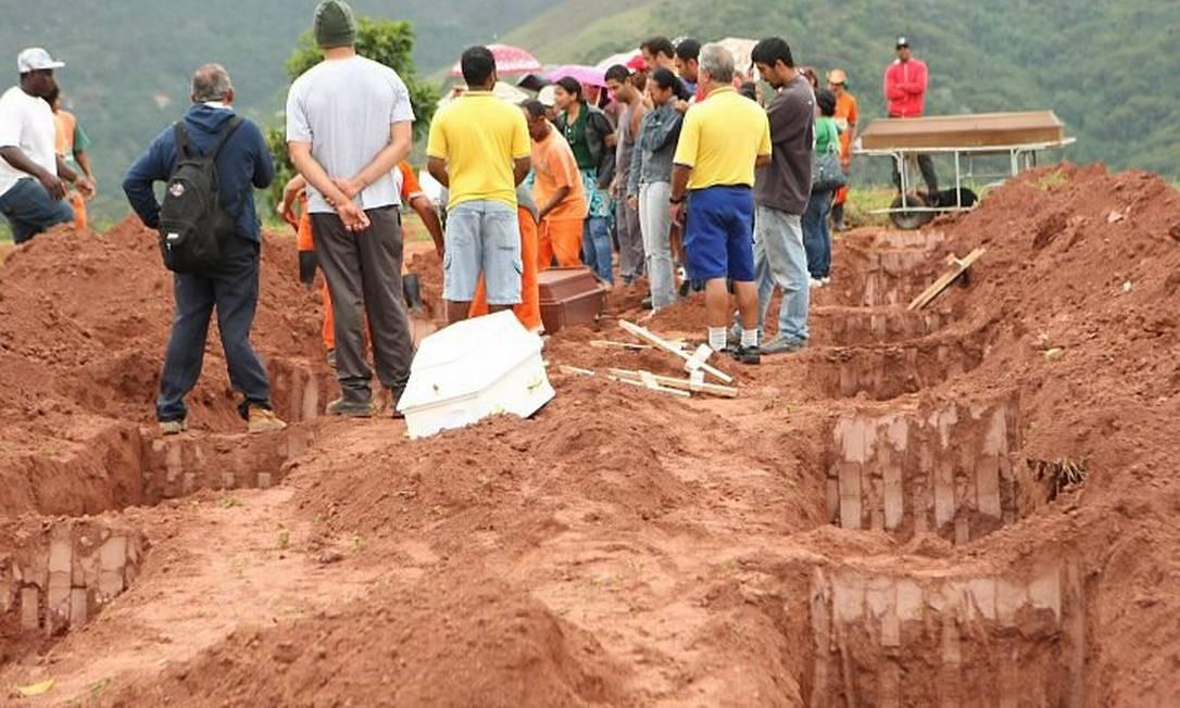 Cemitério de Teresópolis separa covas para vítimas das chuvas - Carlos Ivan O Globo