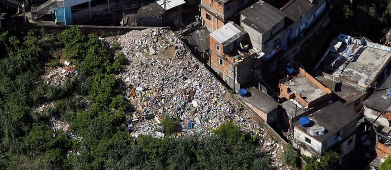 Lixão no Morro da Providência (Foto: Custódio Coimbra Agência O Globo)