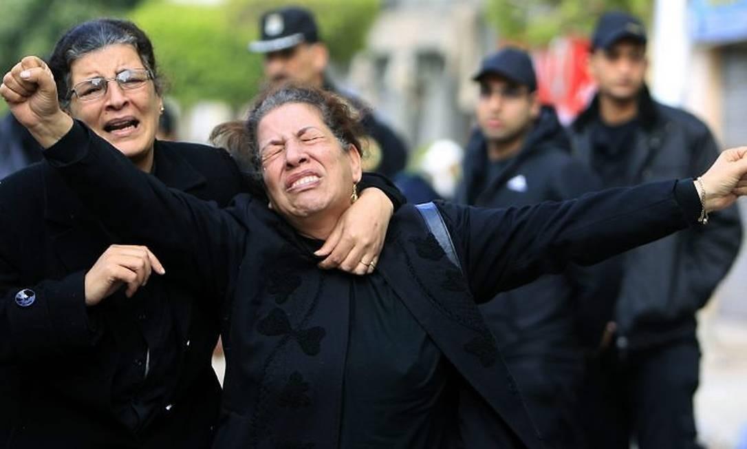 Egípcias cristãs choram pelo parentes mortos em ataque a bomba em Alexandria - Foto: Reuters