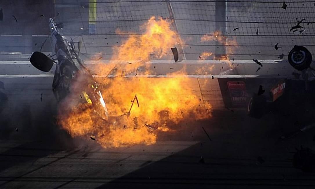 O carro do piloto pegando fogo após o acidente - AFP