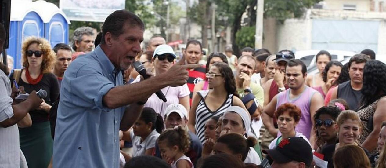 Bittar discursa: houve protestos, e parte dos moradores se disse contra a retiradaFoto: Domingos Peixoto - Agência O Globo
