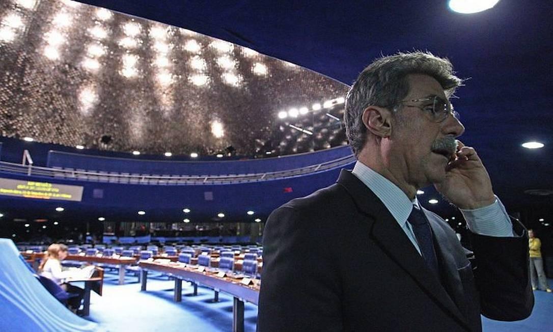 O líder do governo no Senado, Romero Jucá, fala no celular ao sair do plenário. Foto: André CoelhoO Globo