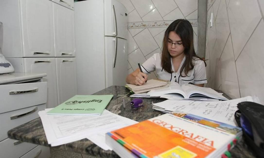 Beatriz Victória estuda em casa para o Enem Foto de Carlos Ivan