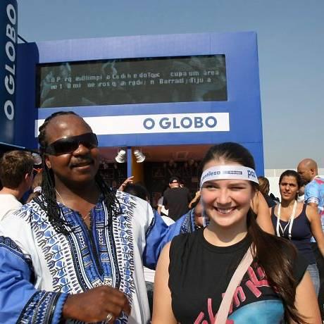 Leitores do GLOBO tiram fotos ao lado dos sósias de celebridades como Stevie Wonder (Foto: Marcos Ramos Agência O Globo)
