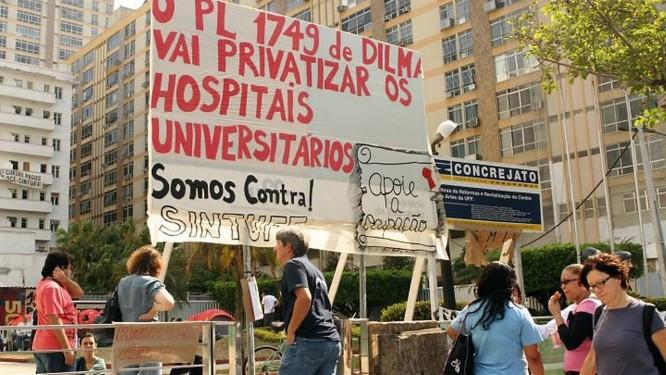 Estudantes da UFF ocupam a reitoria da Universidade Federal Fluminense. Foto Bia Guedes Agência O Globo.