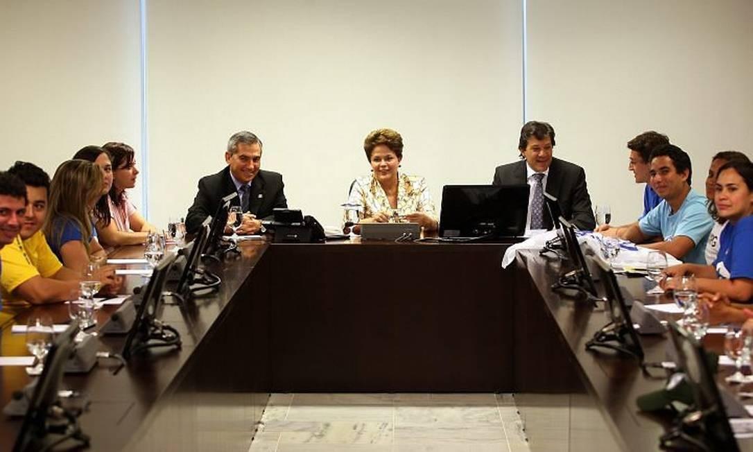 Presidente Dilma Rousseff, entre os ministros Gilberto Carvalho e Fernando Haddad, recebe o presidente da UNE Daniel Iliescu, o presidente da UBES Yann Evanovick (Direita) e a diretoria das entidades. Foto: Gustavo Mirandaagencia O Globo