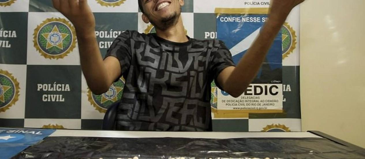 Daniel Izaias, preso em flagrante com 1.200 comprimidos de ecstasy. Ele usava o Facebook para traficar a droga. Foto Pedro Kirilos Agencia O Globo