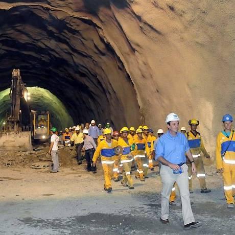 O prefeito Eduardo Paes e o secretário municipal de Obras, Alexandre Pinto, concluem a abertura total do túnel da Grota Funda, com a união dos emboques das duas galerias. Foto de divulgação