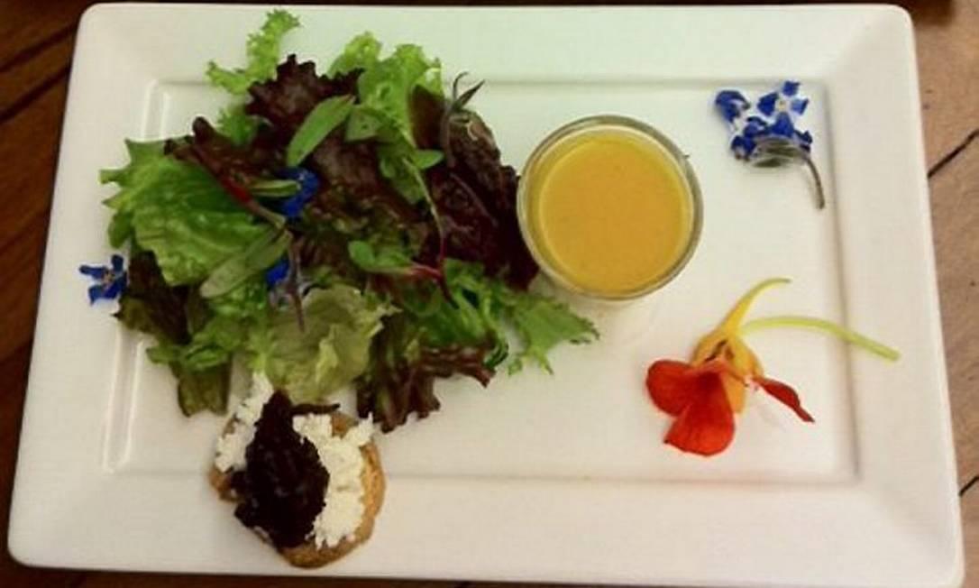 Entrada do .Org: duo de minicaldinho de abóbora com gengibre e salada verde com crostini de queijo de cabra e chutney de cebola roxa - Foto de divulgação