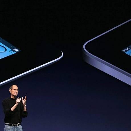 Steve Jobs compara os iPads 1 e 2 Foto: AFP