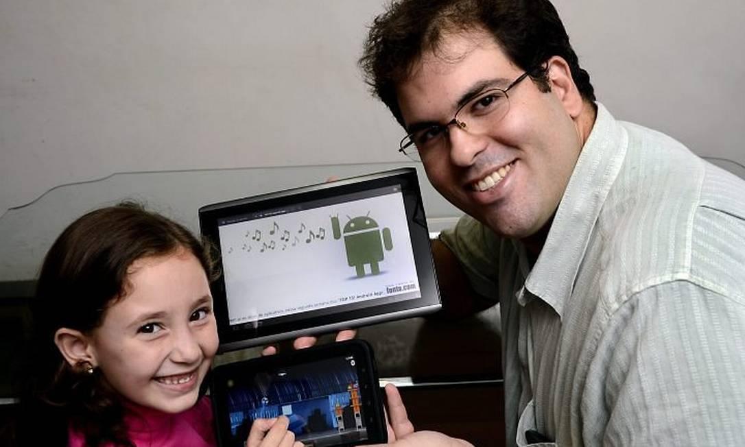 O blogueiro Rodrigo Bastos e a irmã, Lívia, disputam o tablet Foto: Ismar Ingber