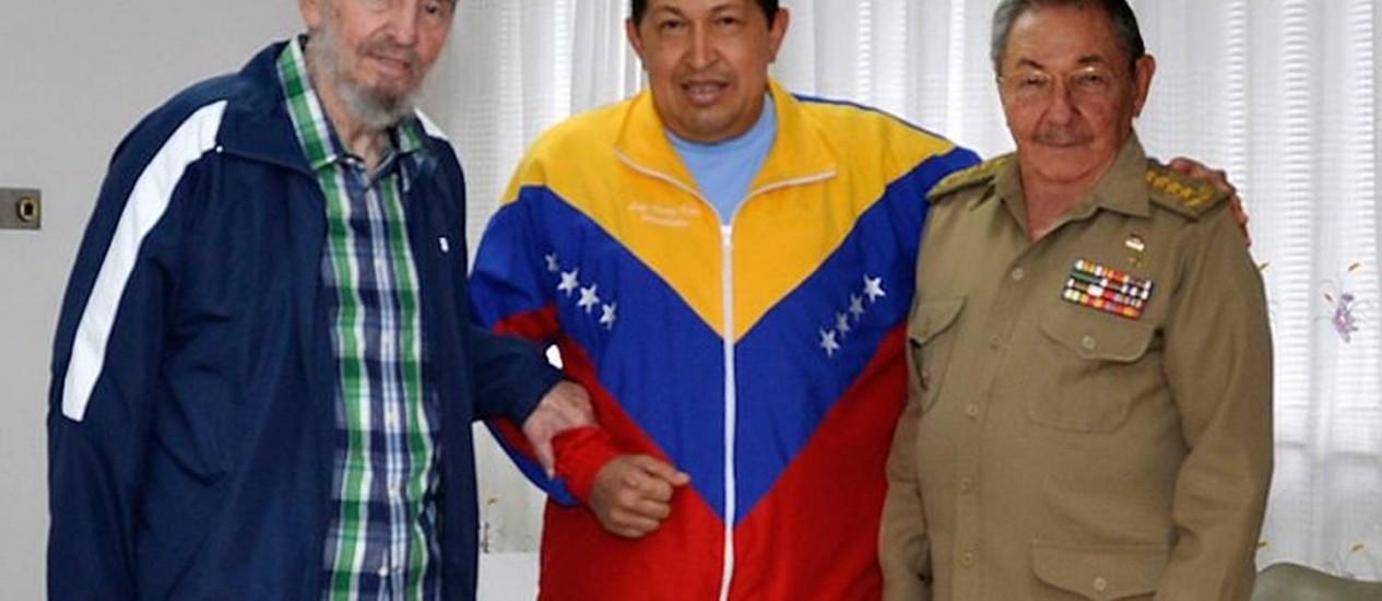 Chávez entre Fidel e Raúl Castro