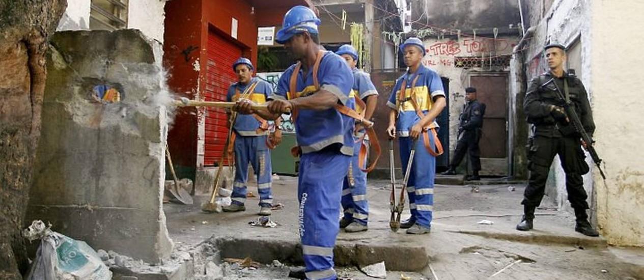 Agentes da prefeitura derrubam casamata do tráfico na Mangueira Foto: Márcia Foletto - O Globo