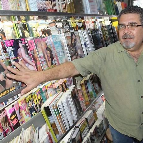 A lei que proibe a exposição de revistas masculinas com mulheres peladas na capa não está sendo cumprida como explica o dono da banca no Centro de Recife José do Patrocinio Foto: Hans von Manteuffel