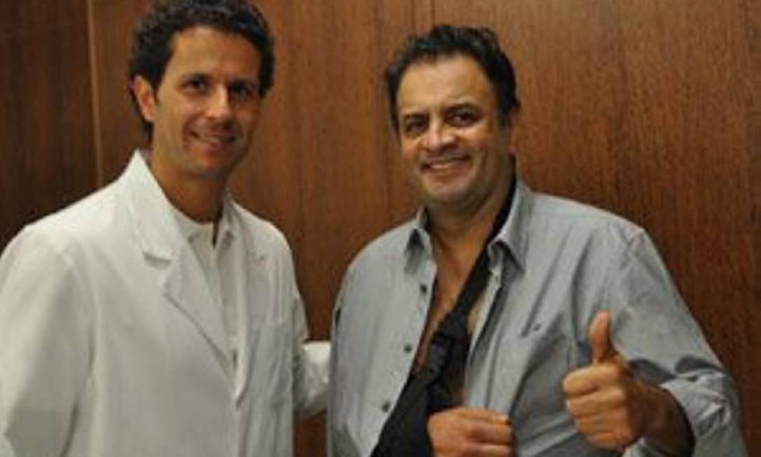 O senador Aécio Neves (PSDB-MG) e o ortopedista Rodrigo Lasmar. Aécio quebrou a clavícula e cinco costelas ao cair do cavalo Foto: Divulgação - Assessoria de Imprensa