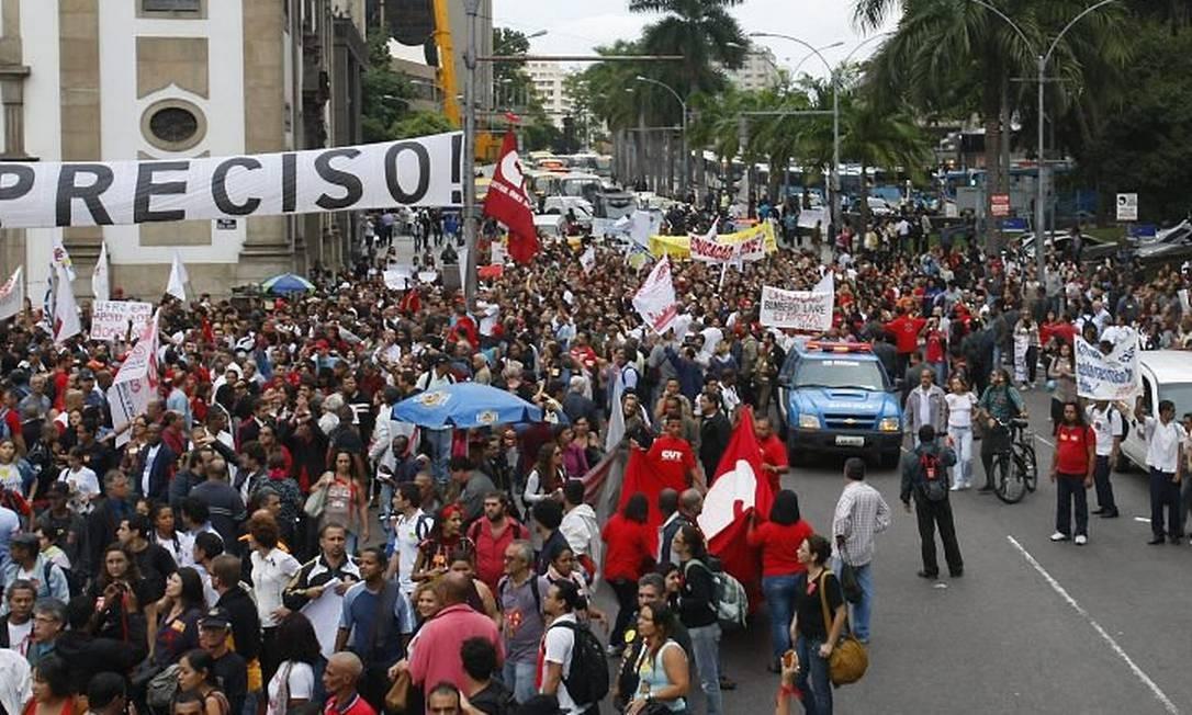 Professores da rede estadual caminham pela Avenida Antonio Carlos, em direção à Alerj, para se unirem ao movimento dos bombeiros (Foto: André Teixeira Agência O Globo)