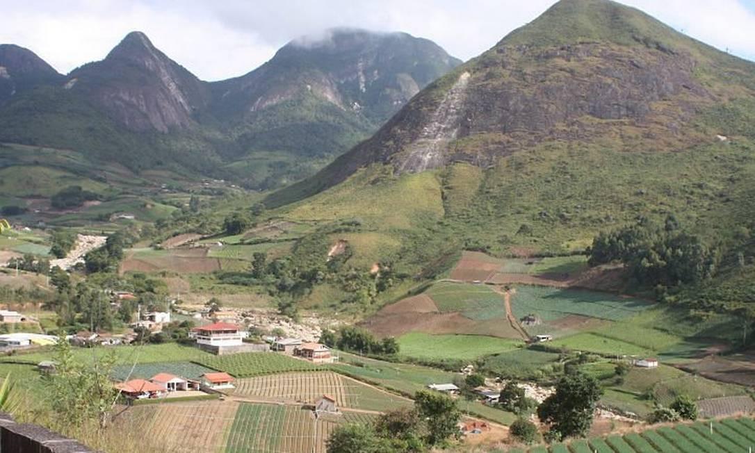 Vista do mirante na RJ-116, em Teresópolis: campos de hortaliças convivem com as lembranças da devastação na serra Foto de Bruno Agostini
