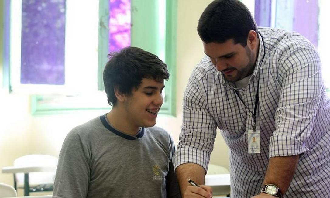 Questionamentos sobre reprovação nas Escolas - O aluno Pedro Medeiros, 17 anos, já passou por duas reprovações na escola e, no início desse ano, foi campeão olímpico em Matemática, na provaAna Branco . Na