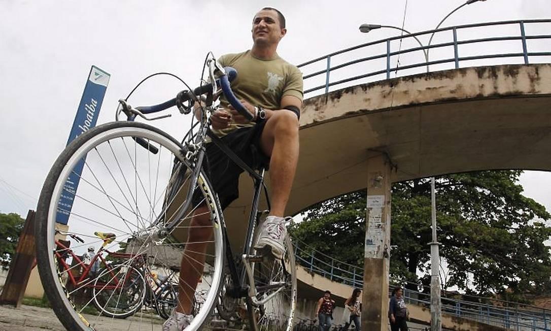 o bombeiro civil Marcos Brito, que já teve uma bicicleta roubada no bicicletário da estação de trem de Inhoaíba Márcia Foletto