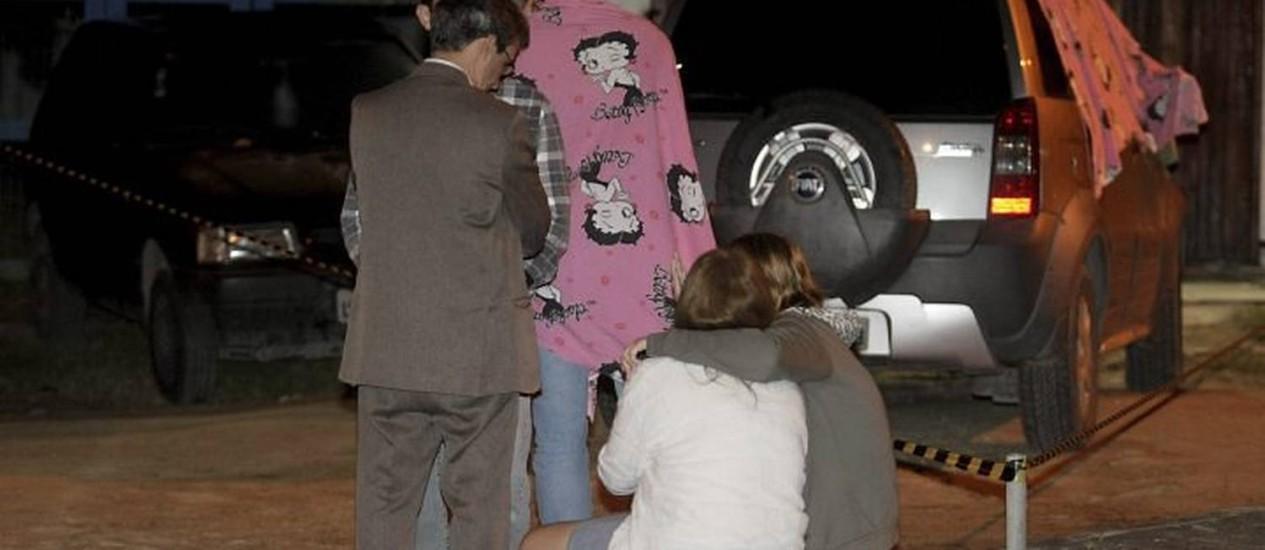 Familiares se consolam diante do carro da juíza assassinada Foto: Pedro Kirilos