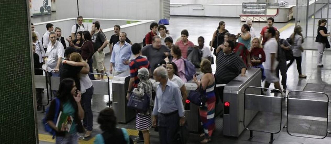 Passageiros assustados deixam a Estação Estácio que é cercada por policiais militares (Foto: Marco Antonio Teixeira Agência O Globo)