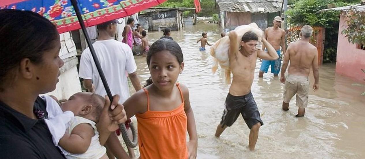 População esperar por doações após enchentes - Foto Hans Von ManteuffelO Globo