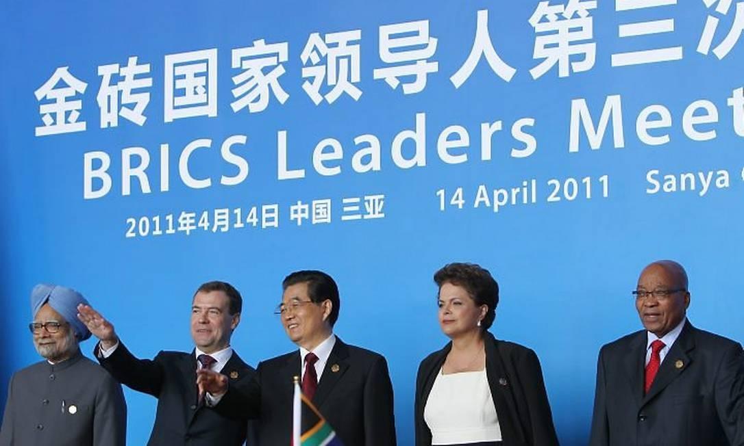 O premier indiano, Manmohan Singh, o presidente russo, Dmitri Medvedev, o presidente chinês, Hu Jintao, a presidente Dilma Rousseff e o presidente sul-africano, Jacob Zuma, no encontro em Sanya - AFP