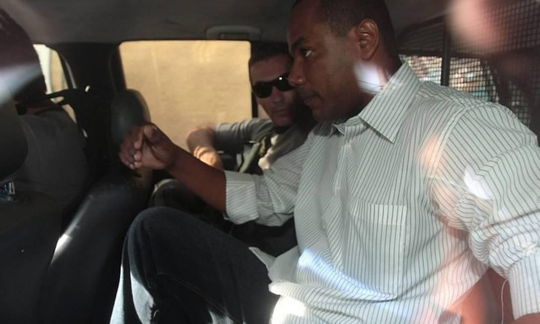 Policiais prendem, em casa, o vereador Luis André Ferreira da Silva, conhecido como Deco (Foto: Bruno Gonzalez EXTRA Agência O Globo)