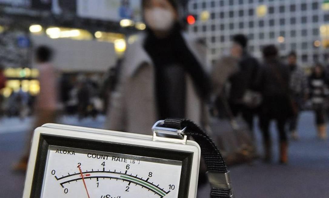 Detector de radiação mostra nível acima do normal perto da estação de trem de Shibuya, em Tóquio - AP