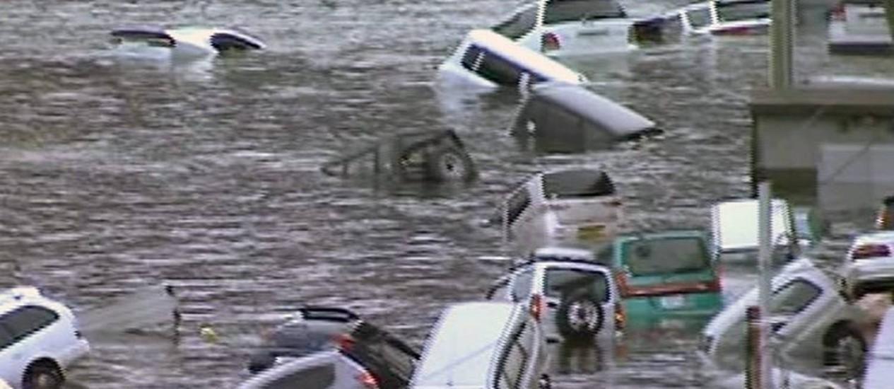 Imagens da rede de televisão pública NHK mostra carros arrastados pelas águas da tsunami na costa leste do Japão - Foto: AP