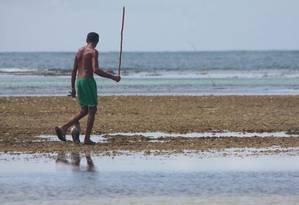 Pescador de polvo nas piscinas naturais Foto: Bruno Agostini / O Globo