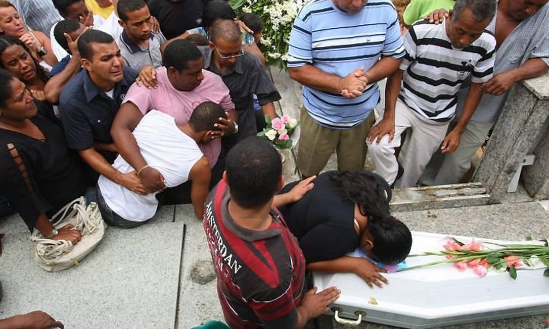 Enterro da menina Lavínia (Foto: Guilherme Pinto Extra Agência O Globo)