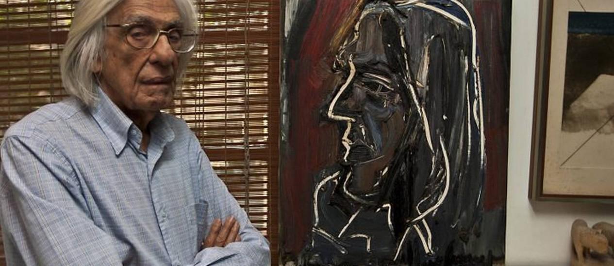 Ferreira Gullar posa ao lado de seu retrato feito por Iberê CamargoDivulgação