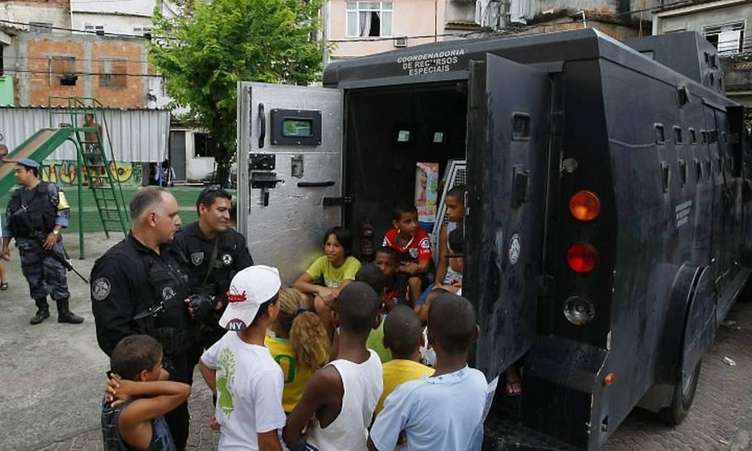 Polícia Civil distribui presentes para crianças da Vila Cruzeiro - Marco Antonio Teixeira O Globo