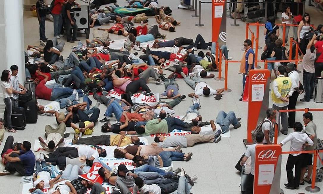 Sindicalistas se deitam no chão no Santos Dumont Márcia Foletto