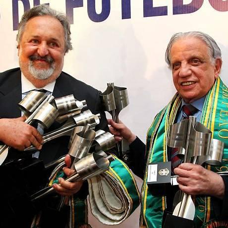 O presidente do Santos, Luiz Álvaro, e o vice-presidente do Palmeiras, Salvador Palaia, com as multas miniaturas da taça de campeão brasileiro. Os dois clubes agora são os maiores campeões - Ivo Gonzalez