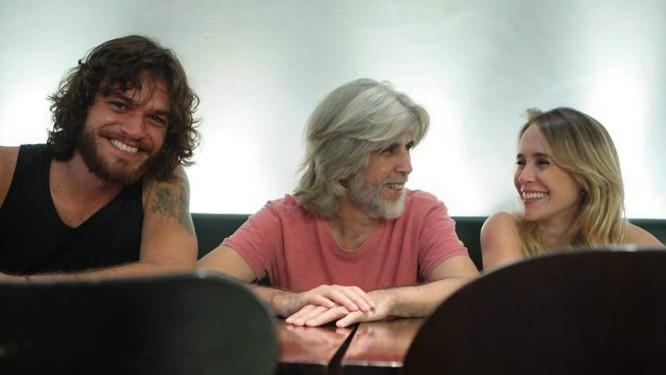 Oswaldo Montenegro entre os atores do filme Léo e Bia, Emílio Dantas e Fernanda Nobre Gustavo Stephan