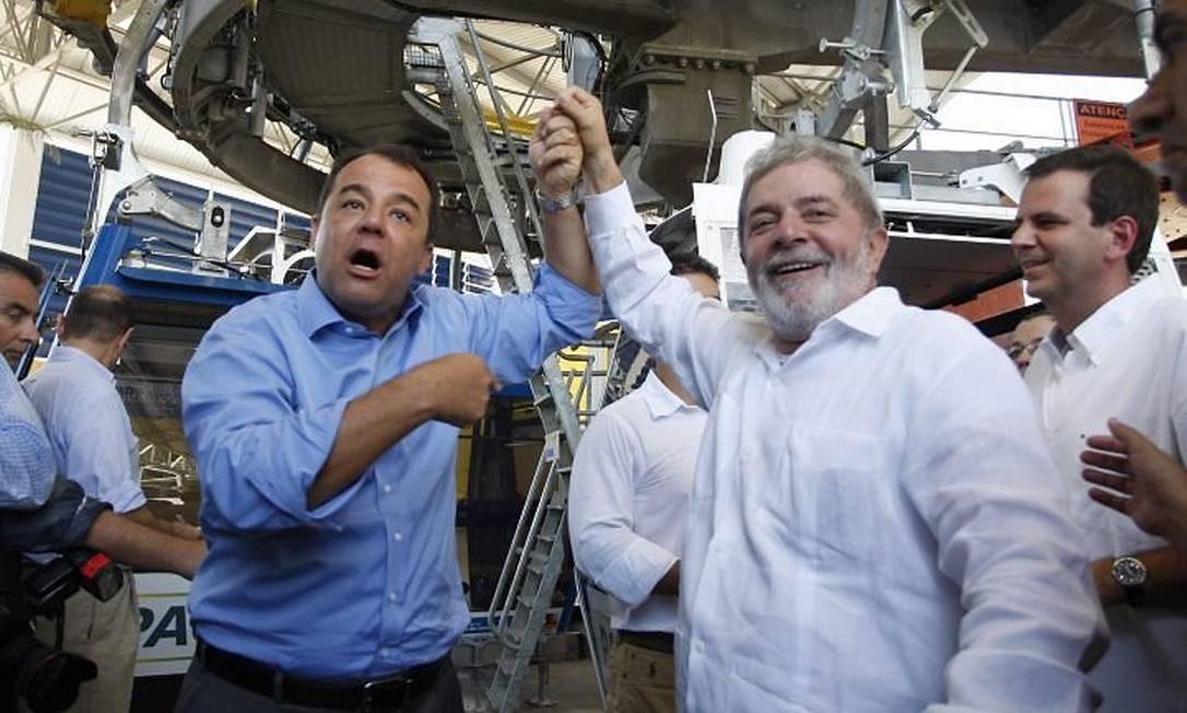 O presidente Lula e o governador Sérgio Cabral posam antes de embarcar no teleférico do Alemão Foto: Gabriel de Paiva