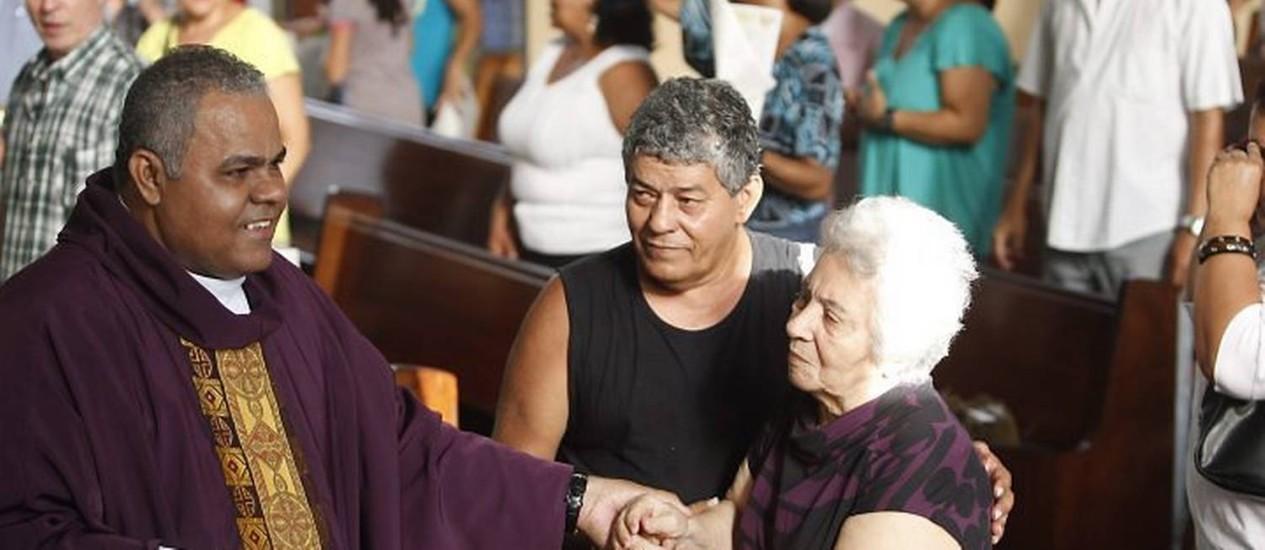 Missa em memória do jornalista Tim Lopes na igreja Nossa Senhora de Guadalupe, no Complexo do Alemão. Na foto, a mãe de Tim, dona Maria do Carmo Lopes do Nascimento e um dos irmãos do jornalista