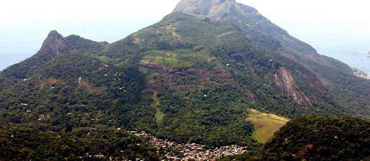 Construções nos arredores da Pedra da Gávea, no Maciço da Tijuca, que faz parte do Parque Nacional (Foto: Hudson Pontes Agência O Globo)