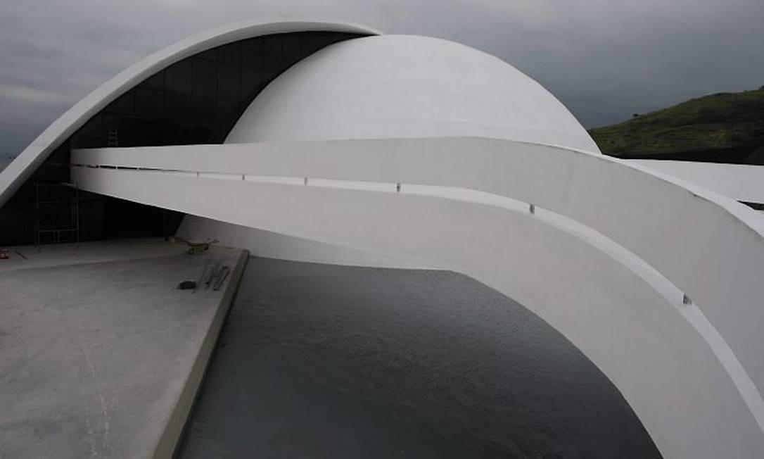 Museu Oscar Niemeyer será inaugurado pelo prórprio arquiteto (Foto: Domingos Peixoto Agência O Globo)